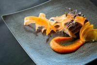 お魚料理、お肉料理、パスタ、 ブランド和牛(+1400)の中から2品お選び いただくコースとなっております。 経験豊富なシェフがお出しする創作料理をご賞味ください。