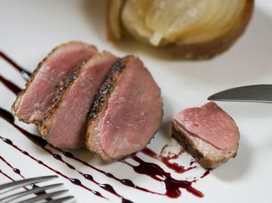 素材の旨みが活きるシンプルなメニュー『ハンガリー産鴨胸肉のロースト バニュルスのソース』