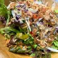 レタスと旬の野菜・角切りローストビーフをごまと野菜の自家製ドレッシングを絡めたフォーコの定番サラダです。  (その他) ・アンチョビポテト ¥400(税別) ・和牛ローストビーフ ¥1080(税別)