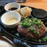 その日の朝に粗く挽いた新鮮な黒毛和牛をレアで焼いた肉々しいハンバーグ。専用のペレットで焼きながらお召し上がり下さい。