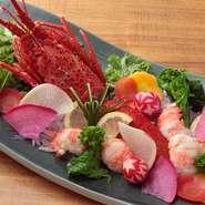 お店自慢のタレが伊勢海老の旨みを引き立てる『伊勢海老料理』。伊勢海老のプリッとした食感と甘味を味わいつつ、滋賀の地酒を傾けるのもおすすめです。他にも日本各地の地酒が取り揃っています。
