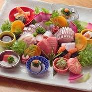 新鮮な活魚をつかったお造り。周りには大根やニンジンなどの「近江野菜」をつかった小鉢が華やかに添えられています。目で見て愉しみ舌で旨みを感じられる料理は、日本酒などのお供にもおすすめです。