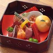 肉や魚、野菜など、さまざまな素材を使い彩られた小箱。1品ずつ違った味を堪能できる『前菜』は、口に運ぶ楽しみが広がると同時に次の料理への期待も膨らみます。各種コースで食べられるメニュー。