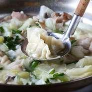 こだわりのあっさりもつ鍋は、ひとりで2人前3人前を平らげる人も珍しくありません。水餃子、豆腐、豚バラ肉、野菜など、追加のメニューも豊富で、好みにアレンジすることも可能です。