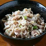 もつ鍋に鶏ガラスープを使うのも特徴ですが、もうひとつの名物が『酢もつ』です。鳥のもつを使用したあっさり味は、酒肴にも最適です。