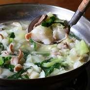 鶏ガラベースのスープで炊いた4種類のもつを、特製の酢醤油につけて味わいます。毎日届く、新鮮なもつを使うのが特徴で、臭みのない味わいはホルモンが苦手という人でも味わえると評判です。