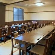 掘りごたつタイプの座敷や40名で利用できるテーブル席も完備しています。