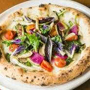 奈良の新鮮な野菜を使ったピッツァです。何度も試行錯誤を繰り返し完成した生地と野菜の黄金比。香りや食感を贅沢に感じられます。