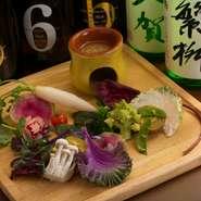 落ち着いた雰囲気の「紫さくら」は接待にも好評の店。季節の食材をふんだんに使い、随所に食べられる花も散らした料理は見た目も美しく、集う人々の心も華やかになります。こだわりの日本酒と共にお楽しみください。