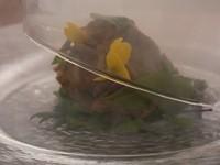 蓋を開けると桜のスモークがふわっと香る『地鶏のスモークたたき』