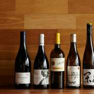 「スペインにもよいワインはたくさんあるんです」と東シェフ。どちらかと言うと、カジュアルな価格帯のものだというイメージの強いスペインワインの概念を覆す、こだわりの醸造家が丹念につくったボトルが揃います。