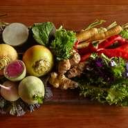 素晴らしい生産者や食材は多くもいますが、私の生まれた岡山の食材を使いたいと思っていました。そこで見つけたのが、GGファーム。ハンガリー出身のゲルゲイさんが丁寧につくる旨みの深い野菜を分けて頂いています。