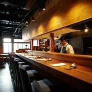 京都屈指のモダン・スパニッシュを、温かみのあるカウンター席で味わえます。年齢などは問わず、感度の高い美食家が黙っていないものです。毎夜、そんなカップルでにぎわう人気店です。