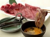 大人気! 特製のすきやきだれとたまごをまとったお肉がジューシーな『ミスジのすき焼き風』