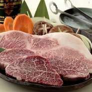 当店で選び抜いた松坂牛は、アンガスの岩塩や山葵をお好みでつけて味わってください。希少部位の時は、網の交換をまめに行い、味が混じらないように気を付けています。