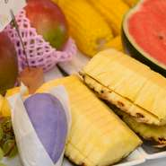 八百屋さんでもあるオーナーが、毎朝市場から仕入れる旬の野菜や果物をふんだんに使用。野菜の特徴を知り尽くしているからこそ、旬の食材が持つ魅力や味わいを最大限に活かした料理が楽しめます。