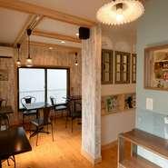 1階で料理をお皿に盛り付け、2階でゆっくり食事を楽しむスタイル。2階はカントリー調のかわいらしい内装で、心和む居心地のよい空間です。パレットのように美しい料理が、テーブルに華やかさも添えてくれます。