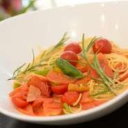 八百屋さんならではの、旬の野菜をふんだんに盛り込んだ彩り豊かなパスタです。当日に仕入れたオススメ野菜を使うため、訪れる度に新鮮な味に出合えます!