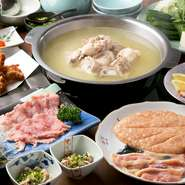 『水炊きセット』の他に先付け3種盛り、店主おすすめ糸島豚のしゃぶしゃぶ、揚げ物、しめのおじやか麺が選べるお得なコース。特に糸島豚のロース肉はコースでしか味わえないので食べたい人はオーダー必須。