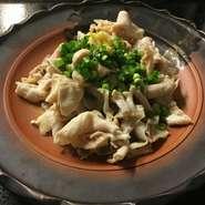 生の鶏のもつを丁寧に炊き上げ、店オリジナルの酢醤油としょうが、小葱でいただきます。
