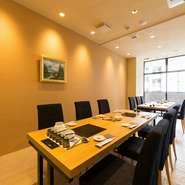 1席1席余裕を持ったテーブル席では、気兼ねなく料理も会話も楽しめます。