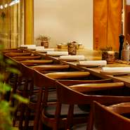 カウンター席も、心地よく座れるテーブルの高さに設定。1㎝単位で試し、高さを決め、それに合わせて厨房の方の床をくりぬいたとのこと。そんなこだわりから生まれる心地よさが、2人で過ごす大切な時間を演出します。