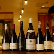 ブランド名が先走る著名シャトーというわけではなく、通好みなセレクトが施されたリスト。時に丁寧に熟成されたビンテージ、時に隠れた銘品、時に自然派を交えつつ、食事をより美味しく楽しくするワインが揃います。