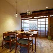 メインダイニングのテーブル席とカウンター席、路地に面した位置には半個室、そして2階には個室が2部屋。それぞれ会のシチュエーションに合わせて使い分けられるのも、【山地陽介】の魅力です。