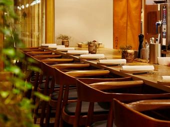 お客様と料理人の間に隔たりの無い完全シームレスなカウンター