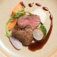 時間をかけ丁寧にローストされた柔らかいアメリカ産牛肉。一口噛むと肉の旨みが口いっぱいに広がります。牛肉の美味しさをより引き出してくれる赤ワインソースとのコンビネーションが抜群。