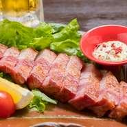 沖縄在来黒豚の「あぐー」を厚切りのベーコンに仕上げた一品です。脂の甘みが特徴の「あぐー」。ベーコンにすることで旨みが凝縮され、噛むほどに肉の旨みが口の中に広がります。ビールとの相性もばっちりです!