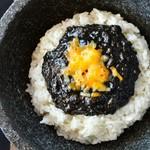 県産のイカスミ、泡盛、黒糖を使った、沖縄にこだわって作った黒カレー!