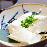 """料理長のみがレシピを知る""""チーズと豆腐のハイブリッド""""。 病みつきになる方続出の名物メニュー。"""