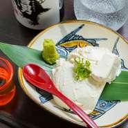 豆乳をベースに濃厚な味覚に仕上たチーズ豆腐は、お客様からも好評です。わさび醤油をつけてお召し上がりください。日本酒や焼酎、ビールなどどんなお酒とも相性バッチリです。