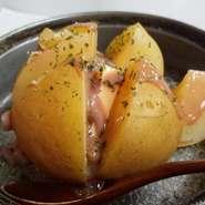 ホクホクのじゃが芋に塩辛は最高に美味しい。バターもたまらん。