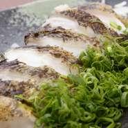 ウツボは分厚い皮と身の間にゼラチン質を多く含み、実は美容と健康にいいと言われる食材。「コリコリ」とした食感と淡白な中にある特有の旨みが魅力です。ネギをたっぷり添え、ポン酢でさっぱりといただきます。