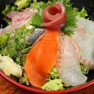 その日仕入れた新鮮な魚を大きめにカットし、ご飯が見えなくなるなできっちりと敷き詰めています。食べ応え抜群の丼ですが、男性のみならず女性の方からの注文も多くいただいております。