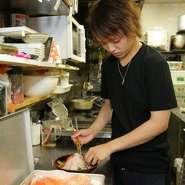 【お魚ダイニング hiro】にお越しいただいたお客様には、料理も接客も全てにおいて満足していただきたいと思っています。そのためには、居心地の良い空間づくりも心がけています。