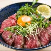 あっさりとした専用のステーキソースが、あか牛と絶妙に絡み合う『和牛ローストビーフ丼』