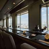ホテル最上階から、美しく広大な大阪湾を一望