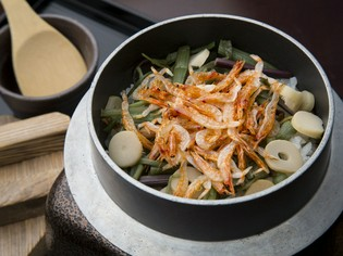 お客様の目の前で炊き上げる、丹波米+旬の食材の『季節の釜飯』