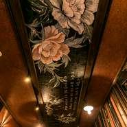 和と韓が融合したスタイリッシュでありながら落ち着いた空間。2階の個室はエギゾチックな雰囲気で、天井には韓国の国花である木槿(ムクゲ)が大胆に描かれています。暗めの照明なので落ち着いた大人の雰囲気です。