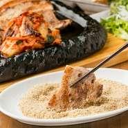 佐助豚のバラ肉にお店で煎ったすり胡麻をからませます。肉の甘みと胡麻の芳醇な香りが口の中に広がります。