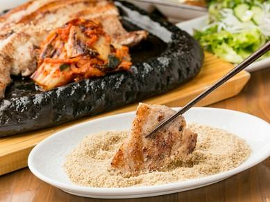 ジューシーな佐助豚とすり胡麻がたまらない『佐助豚サムギョプサル』巻き野菜付