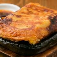 本場韓国の流儀に習って、卵なしのチヂミはサクサクでふわふわ。羽つきギョーザのような厚みのあるチヂミの中にはコーン、牛すじ肉などが入っています。常連の8割が必ず頼むというイチオシの一品です。