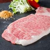 ガーリックチップと厚めにカットされた神戸牛が美味しい『名物 特選神戸牛のしゃぶしゃぶ焼』