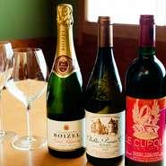 オーナーがワイン好きなこともあり、フランスやイタリアを中心としたワインを常時約20種取り揃えています。魚料理との相性を考え軽めの味わいのセレクトが中心。合わせるワインに困ったら、スタッフへ気軽に相談を。