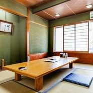 1階はテーブル席のみのつくりですが、2階には座敷席も用意しています。ひとり200円のチャージで利用できる個室もあるので、お子様連れでも周りの目を気にすることなく寛いでいただけます。
