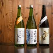 地酒を愛するオーナーが実際に蔵元まで足を運び、厳選した日本酒。華やかというよりは、主張を抑えて貝を活かすタイプが多いそうです。半合からオーダーできるので、飲み比べしながら貝との相性をお楽しみください。