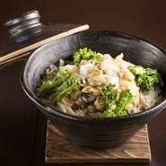 注文ごとにお好みの貝を入れ、土鍋で炊き上げる〆の一品。貝柱の比率を増やせば上品に、肝を増やせばより濃厚に。米には最上級の魚沼産コシヒカリ、雪里米を使用。おこげにまで貝の味わいが染み渡ります。